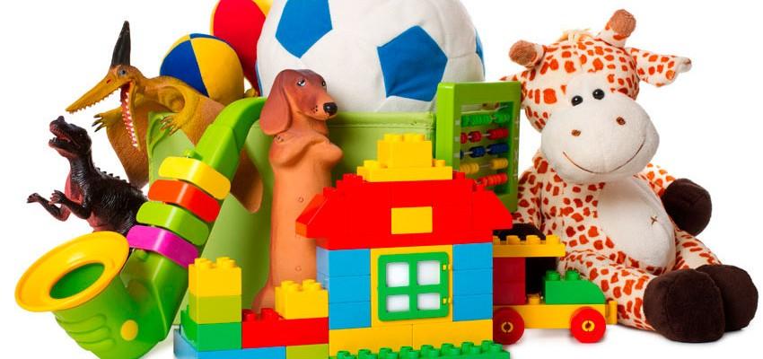 Criança feliz, brinca,  desapega e doa.